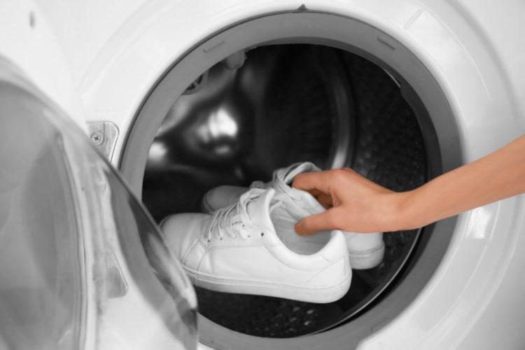 Как постирать кроссовки и избавиться от запаха