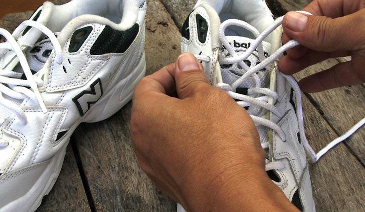 Как правильно стирать вручную кроссовки